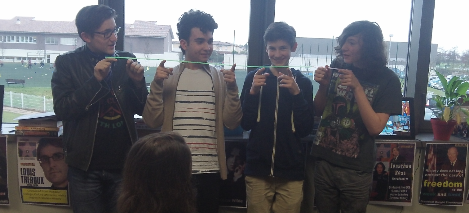 Using drinking straws to study competition, co-operation and the arms race